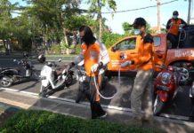 Guna mencegah penyebaran Covid-19, Pemerintah Kabupaten Jembrana, Sabtu (21/3) melaksanakan penyemprotan disinfektan di sejumlah tempat umum, ibadah serta tempat wisata. (120)
