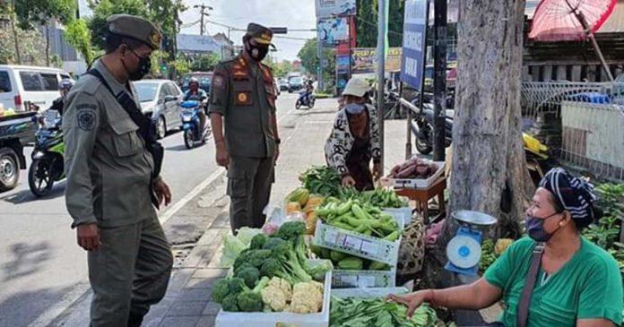 Berulang Kali Disemprit, Pedagang di Jalan Kartini Membandel