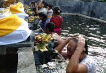 """Melukat"" di Pancoran Sapta Gangga, Ini Kepercayaan Masyarakat"