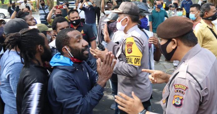 Membandel, Demo Mahasiswa  Asal Papua Dibubarkan Polisi
