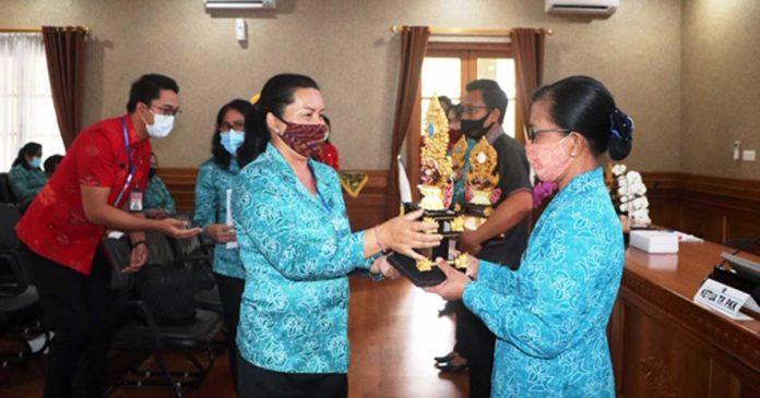 Seniasih Giri Prasta Serahkan Piala Pemenang Lomba PKK Tingkat Provinsi Bali