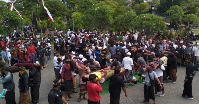 Aksi Tolak Hare Krisna, Diwarnai  Joged Bumbung dan ''Nyentokin Watangan''