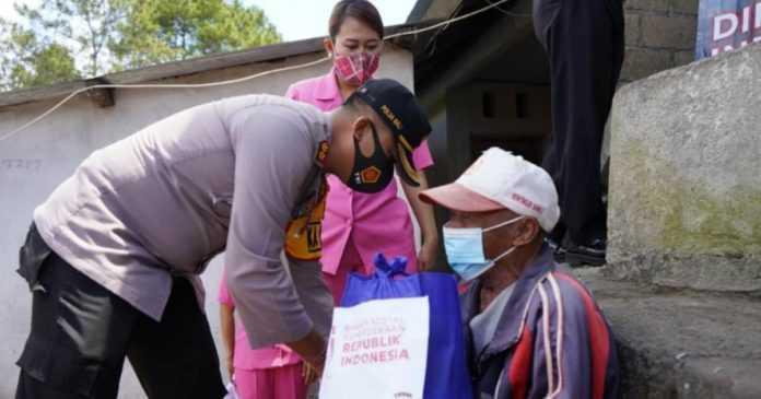 Kapolres Bangli Pimpin Pendistribusian  200 Paket Sembako di Empat Kecamatan