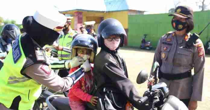 """Polwan """"Hadiahkan"""" Helm untuk Pengendara Motor Tak Berhelm"""