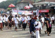 Ratusan Warga Desa Adat Padang Bai Lakukan Unjuk Rasa