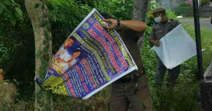 Satpol PP Klungkung Bersihkan Belasan Baliho dan Banner Tak Berizin