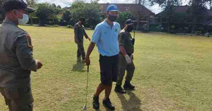 Satpol PP Usir Warga Main Golf di Lapangan Lumintang