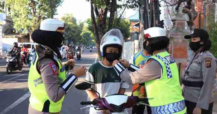Tanpa Pelindung Kepala, Pemotor di Denpasar Malah Dihadiahi Helm
