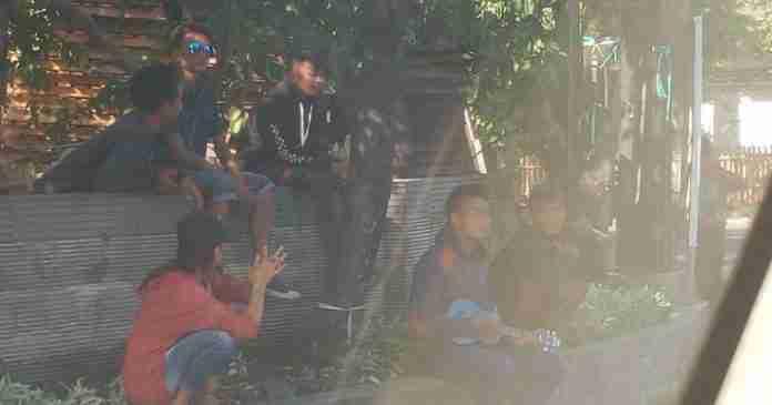 Berkerumun, Pengamen di Perempatan Jl. Mahendradata-Jl. Gatsu Barat Dikeluhkan Warga