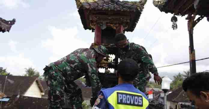 Pelinggih Terbakar, Prajurit Yonif Langsung Turun Tangan Padamkan Api