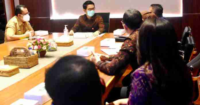 Sekda Adi Arnawa Terima 1.000 Paket Sembako dari BPJS Ketenagakerjaan Bali