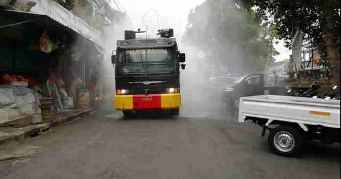 Water Cannon Semprotkan Disinfektan di Pasar Kidul