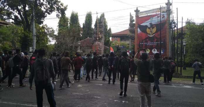 Massa Bertahan di Gerbang Kantor DPRD Provinsi