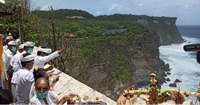 Pujawali di Pura Uluwatu Tanpa Nyejer