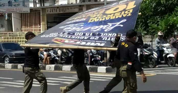 Tak Berizin, Puluhan Baliho Dibongkar Satpol PP
