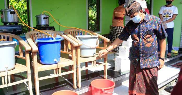 Pemuda Desa Akah Bikin Penyanitasi Tangan Berbahan Herbal