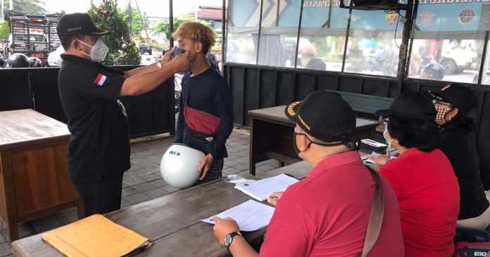 Satpol PP Ajari Puluhan Warga Cara Pakai Masker yang Benar