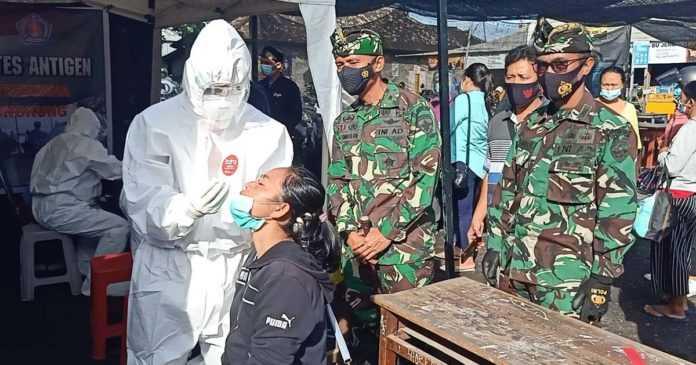 Rapid Test Antigen Secara Acak di Pelabuhan Tribuana