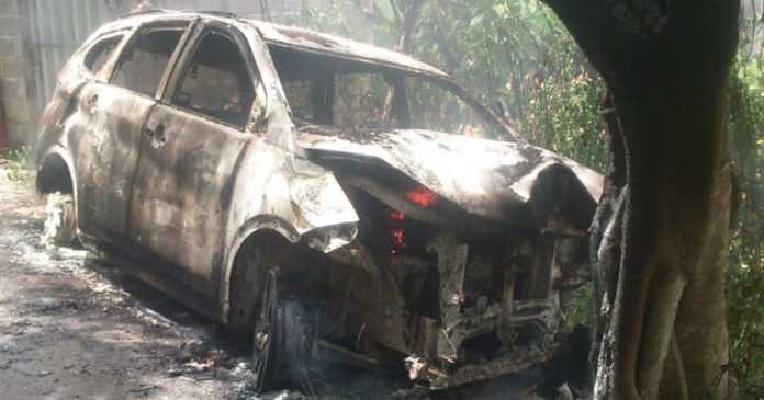 Tabrak Pohon Bunut, Mobil Rush Terbakar di Nusa Penida