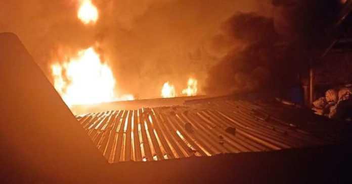 Tengah Malam, Gudang Rongsokan Terbakar