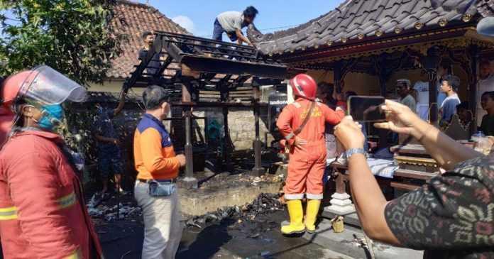 Bale Panggungan di Pura Arya Kebun Tubuh Terbakar